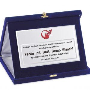 Targa ottone bordo diamantato con particolare e numero in ottone lucido applicati montata su astuccio in velluto blu Center Tecnica